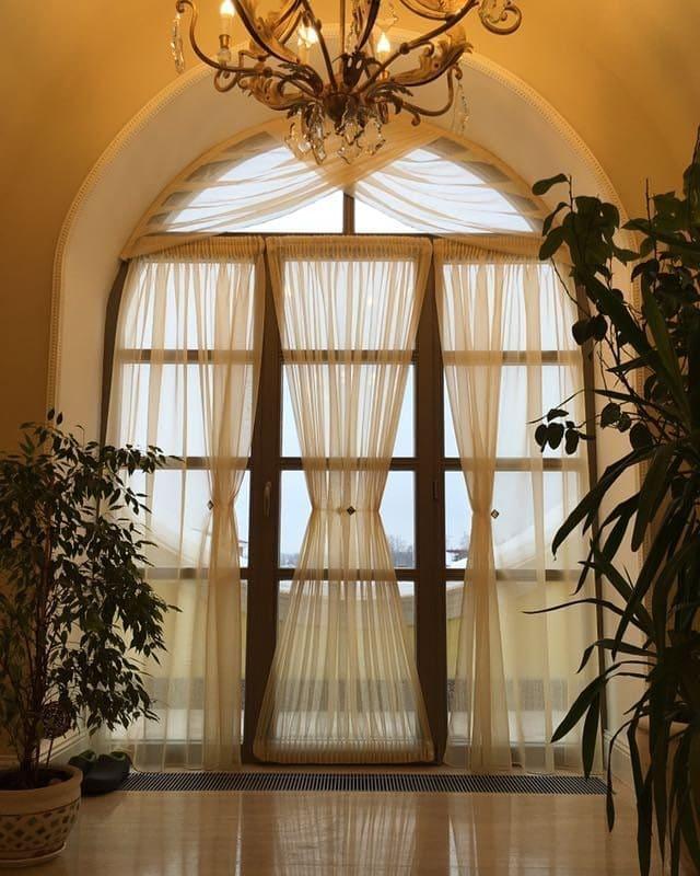 Оформление тюлевой тканью арочного окна, дизайн и шторы на заказ